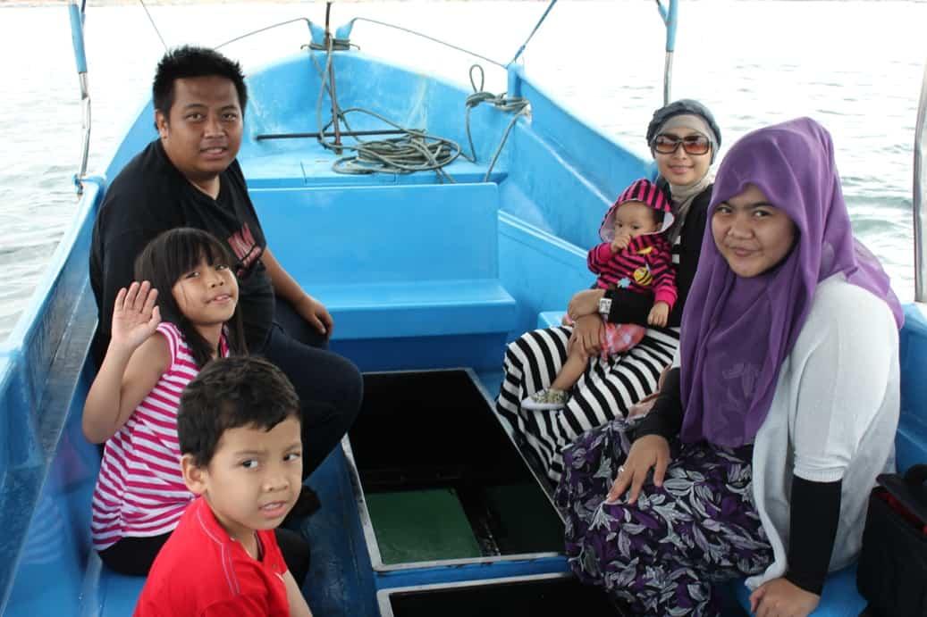 di kapal glass door boat menuju pulau penyu di bali