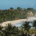 Aktivitas Pelancong di Pantai Klayar Pacitan