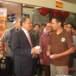 Menteri Perindustrian RI Bpk.M.S Hidayat mencoba salah satu produk Coffeeland Indonesia, Kopi Luwak