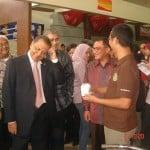 Pak Menteri bersenda gurau saat akan mencicipi produk Coffeeland Indonesia Standard Booth Coffeeland Indonesia